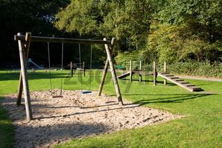 Kinderspielplatz aus Holz, Schaukel