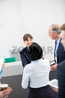 Zwei Geschäftsfrauen begrüßen sich mit Handschlag