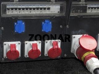 Mobiler Stromverteiler mit Anschlüssen und Sicherungen