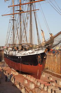 Ein majestätischer Anblick: ein Dreimaster im Husumer  Dock