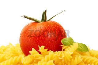 rohe fusilli mit tomate und basilikum