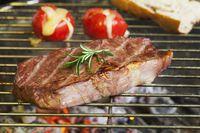 Steak auf dem Grill mit Tomate