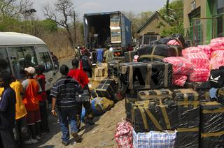 Zollkontrolle am Grenzübergang zwischen Simbabwe und Sambia