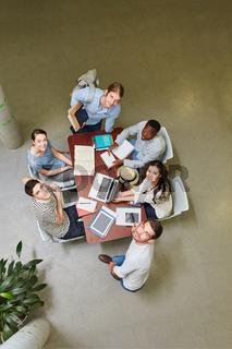 Studenten bilden eine Lerngruppe