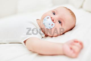 Neugeborenes mit einem Schnuller im Mund