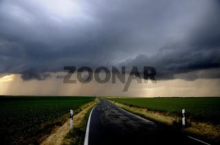 Landstraße bei Gewitter