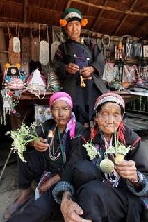 Traditionell gekleidete Frauen von einem Stamm der Akha beim Dorf Fang noerdlich von Chiang Mai im Norden von Thailand.