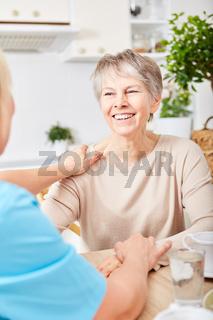 Krankenpflege kümmert sich um alte Frau
