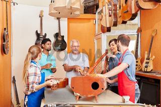 Gitarrenbauer arbeiten zusammen im Team