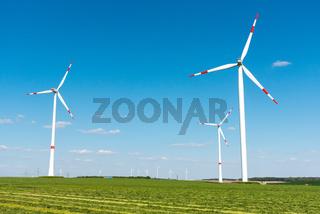 Windräder in einem Feld in Deutschland