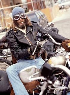 Motorradfahrer mit Brille und Zigarette