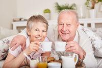 Senioren Paar trinkt eine Tasse Kaffee