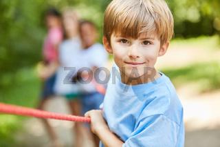 Sportlicher Junge beim Tauziehen