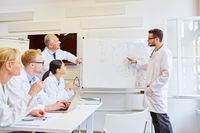 Arzt als Referent macht Präsentation