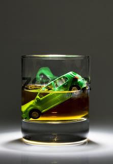 Autoschlüssel und Glas mit Alkohol