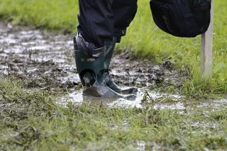 Gummistiefel im Einsatz mit Regenhose. Rubber boots with rain pants . Wellington boots. Gumboots.