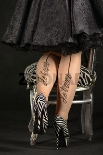 junge Frau mit Zebra High Heels und Stuhl im Zebra Muster
