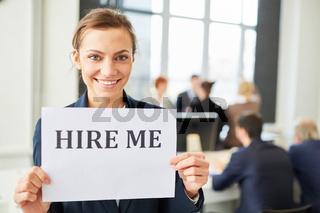 Frau als Berufsanfänger auf Jobsuche
