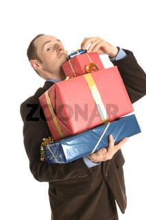 junger Mann mit Geschenken