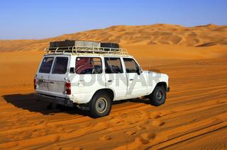 Geländewagen im Wüstensand, Sahara