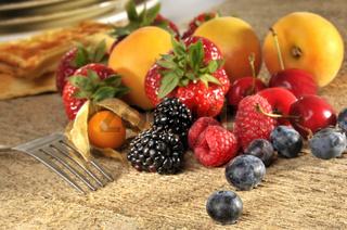 Früchte auf Holz mit Waffel und Gabel