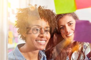 Frauen in Start-Up Team beim Brainstorming