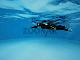 Schnorchlerin im Pool