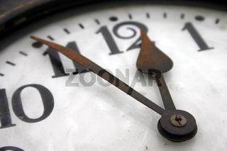 Uhr zeigt fünf vor zwölf