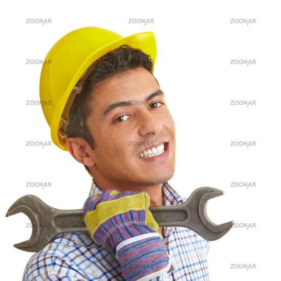 Bauarbeiter trägt Maulschlüssel