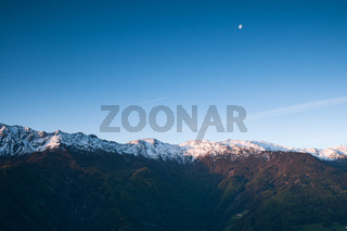 Bergkette im Sonnenaufgang