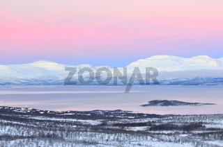 blick auf abisko am see tornetraesk, lappland, norrbotten, schweden, view at absiko at the lake tornestraesk, lapland, sweden