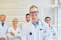 Ärzteteam hinter einem jungen Arzt