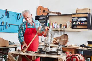 Gitarrenbauer arbeitet an einer neuen Gitarre
