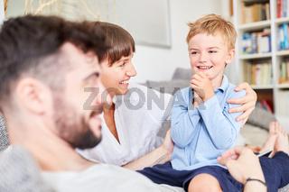 Junge schaut überrascht und glücklich