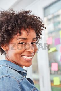 Multikulturelle Frau als erfolgreiche Geschäftsfrau