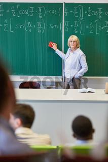 Mathe Dozentin im Unterricht an der Tafel