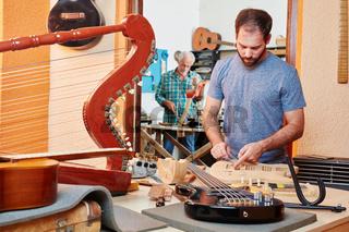 Lehrling baut neue Gitarre zusammen