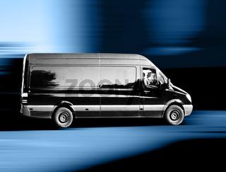 Ein schwarzer Transporter auf dem Weg zum Kunden