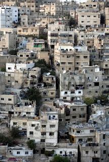 Das Stadtzenttum der Jordanieschen Hauptstadt Amman mit Sicht ein Wohnhaus Quartier am Hang eines Huegel