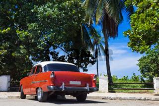 Amerikanischer rot weisser Oldtimer parkt am Strand in Varadero Cuba - Serie Cuba Reportage