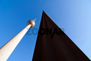 Fernsehturm vor blauem Himmel V4