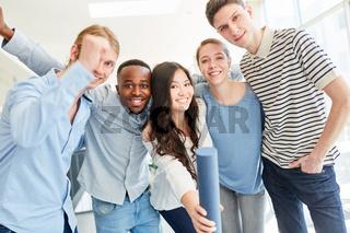 Gruppe Studenten freut sich über Examen