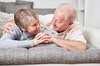 Senioren Paar genießt Zweisamkeit