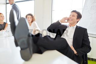 Geschäftsmann telefoniert im Meeting