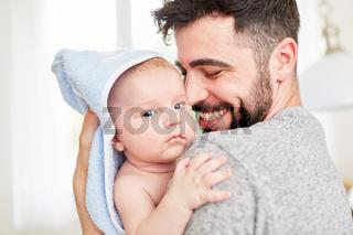 Vater umarmt glücklich sein Baby