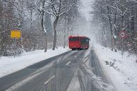 Bus auf spiegelglatter Straße
