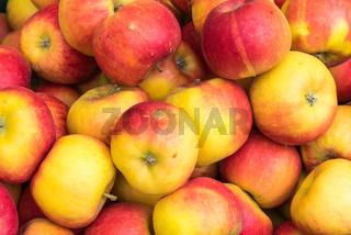 Frische Äpfel auf einem Markt