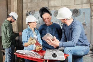 Arbeiter Team bei einer Besprechung