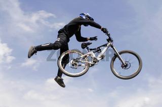 Fahrradsportler zeigt Kunststück in der Luft | Bik