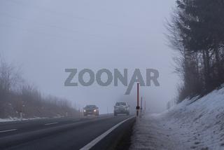 Schlechte Sicht durch Nebel auf einer Landstraße